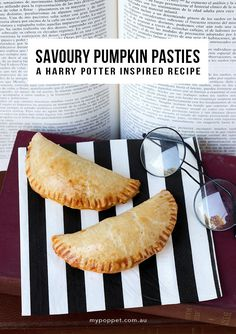 A delicious and tasty snack inspired by the Pumpkin pasties available on the Hogwarts Express food trolley in Harry Potter. Great in kids lunchboxes too. Savory Pumpkin Recipes, Baked Pumpkin, Savory Snacks, Yummy Snacks, Veggie Recipes, Harry Potter Pumpkin, Harry Potter Food, Pumpkin Pasties, Cornish Pasties