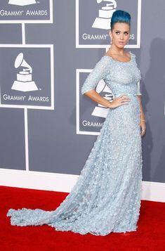 Katy Perry veste Elie Saab, vestido azul claro com bordados e cinto na cintura
