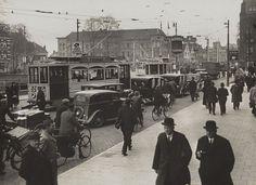 Leidseweg. Verkeersdrukte van het Centraal Station naar de binnenstad. Zicht op het Vredenburg