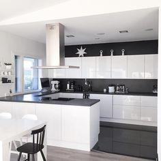 mustavalkoinen-keittio-valkoista-ja-mustaa-sisustus