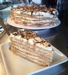 Valaki azt mondta, hogy jé, ez tisztára olyan, mint az Eszterházy. Igen. Az volt az ihletője. De a krémen változtattam, hogy előnyére vagy... Hungarian Desserts, Hungarian Cake, Hungarian Recipes, Vegetarian Recepies, Cookie Recipes, Dessert Recipes, Sweet And Salty, Sweet Desserts, Cakes And More