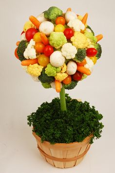 vegetable topiary, good way to serve veggies Veggie Platters, Veggie Tray, Veggie Food, Art Et Design, Food Design, Crudite, Antipasto, Veggie Display, Fruits And Veggies