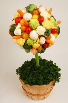 Topiario con crudites de cruciferas,tomatitos,zanahorias y champinones.