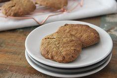 Deze boekweitkoekjes zijn niet alleen overheerlijk en knapperig. Ze zijn ook nog eens vol van smaak en makkelijk te maken! Lekker voor bij de thee/koffie. Van Glutenfreewebshop.com kreeg ik een pak boekweitmeel opgestuurd. Super leuk, want met boekweitmeel had ik nog nooit gebakken. Een beetje op internet surfen leert dat de meeste mensen het gebruiken … Pancakes, Cookies, Breakfast, Desserts, Food, Muffins, Kitchens, Crack Crackers, Morning Coffee