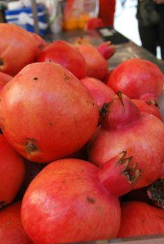 Mountain of pomegranates  http://menteecuoreincucina.wordpress.com/2014/01/14/insalata-rossa-invernale-e-chips-di-mais-al-forno/