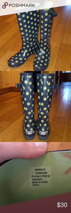 VGUC L.L Bean Wellie rain boots VGUC L.L. Bean Wellie rubber rain boots, women's size 10. Navy blue with green polka dots and green inside. Has a few minor scuffs from wear but in overall great shape, 100% waterproof and super cute. Comes to a few inches below the knee. L.L. Bean Shoes Winter & Rain Boots