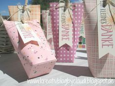 "Eine Verpackung auf die Schnelle:  ""Box in a bag"" - ein One Sheed-Schnittmuster dazu gibts bei Claudia Maser / kreativblogbyclaudi.blogspot,de Pillow Box, Candy Wrappers, Origami Box, Envelope Punch Board, Paper Basket, Box Packaging, Diy Box, Gift Bags, Gift Wrapping"
