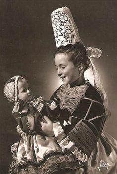 Petite fille et sa poupée Bigouden  Petitcollin .