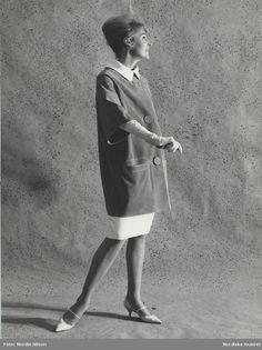 NK:s Franska efter idé från Balenciaga. Modell i moccajacka, vit kjol och handskar. Fotograf: Nordin Nilson, 1963