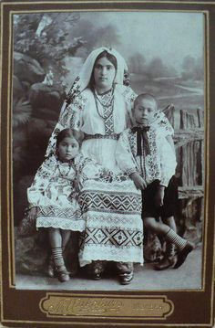 100 years ago: amazing Ukrainian embroidered suits, luxurious necklaces and wreaths (PHOTOS) Composition Painting, Retro Photography, Ukrainian Art, Vintage Pictures, Historical Photos, Old Photos, Folk Art, Modern Art, History