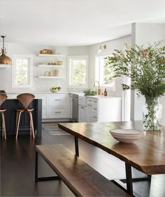 Modern Kitchen Interior Remodeling Quartz countertop and backsplash slab looks so good in this classic kitchen Woodinville Kitchen Family Rooms, Kitchen Nook, Home Decor Kitchen, Interior Design Kitchen, New Kitchen, Kitchen Dining, Kitchen Ideas, Eat In Kitchen Table, Apartment Kitchen