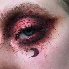 "1,103 gilla-markeringar, 15 kommentarer - Kayleigh Golding (@pinkishpiendel) på Instagram: ""Blood Moon swipe to check out 3 versions of this look! I used: --- BASE: #milanicosmetics Nude…"""