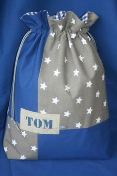 Pour Tom et Jules - Atelier Chiffons Love Sewing, Sewing For Kids, Rag Quilt Purse, Nappy Wallet, Homemade Bags, Toms, Yarn Bag, Fabric Gift Bags, Couture Sewing