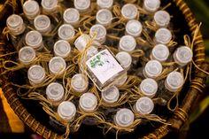 Mini repelentes para convidados em casamento na praia. Pequenos detalhes fazem a diferença. Fotos: Rafael Bigarelli