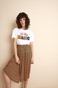 Saia de tecido fino + t-shirt divertida.