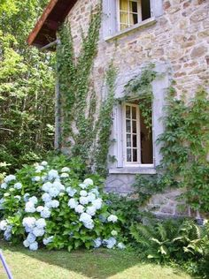 Perfect stone cottage exterior and love the garden French Farmhouse Decor, French Country Cottage, French Country Style, Modern Farmhouse, Farmhouse Interior, French Countryside, Country Farmhouse, Country Life, Country Cottages