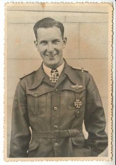 "Portrait du ""Oberleutnant"" Heinrich Epen lors de la remise de la Ritterkreuz des Eisernen Kreuzes comme Staffelkapitän of the 1./Sturzkampfgeschwader 3."