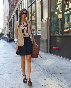 キャメルジャケットには落ち着き系のネイビーのスカート。いつものスーツに変化を♪ビジネススーツスカートのコーデ、スタイル・ファッションの参考に♪