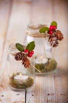 Adornos DIY para Navidad hechos con tarros de vidrio velas piñas y muérdago