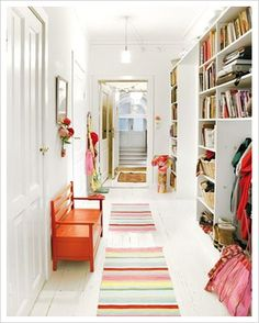 Il corridoio è uno spazio importante ma troppo spesso è trascurato, nelle case moderne si tende ad eliminarlo preferendo gli spazi aperti, ma nelle case tradizionali è la prima stanza che ci accogl...