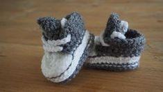 Gehaakte converse baby schoentjes, patroon hoe dit gehaakt moet worden staat in de blogpost #haken #baby #schoenen