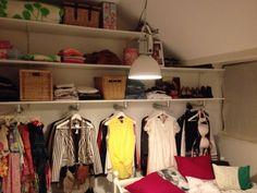 Kleine slaapkamer, maar veel kleding? Maak optimaal gebruik van je ruimte en style het af door gebruik te maken van stijger buizen en rozetten.