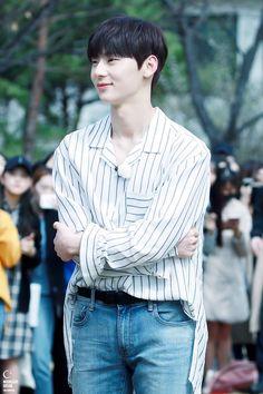 Wanna-One - Hwang Minhyun Korean Entertainment, Pledis Entertainment, Minhyuk, Jinyoung, Shanghai, Writing Lyrics, All Pop, Nu Est Minhyun, Kim Jaehwan