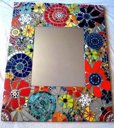 Spiegel mit breitem Rahmen, beklebt mit zugeschnittenen bunten Fliesen und Spiegelstücken sowie Glasperlen. Handarbeit- Einzelstück. Nur an SELBSTABHOLER