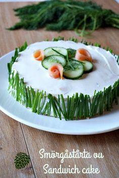 Un sandwich cake ou smörgåstårta, une entrée pour un brunch ou un repas de fête. Ici concombre et saumon fumé, mais vous pouvez varier les garnitures!