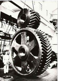 1929 Škoda Plzeň. Ozubené soukolí se šípovím ozubením pro pohon reversní botovací tratě Hmotnost pastorku 8 tun a kola 20 tun.
