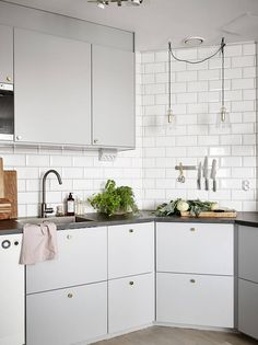 Grey kitchen ideas brings an excellent breakthrough idea in designing our kitchen. Grey kitchen color will make our kitchen look expensive and luxury. Grey Kitchen Floor, Kitchen Flooring, New Kitchen, Kitchen Dining, Kitchen Decor, Kitchen Ideas, Grey Kitchens, Cool Kitchens, Grey Kitchen Designs
