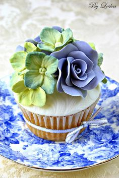 so beautiful!  Not sure I would eat it...ok, yes I would.  Cupcake