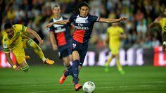 FOOTBALL | PARIS SG ■ CHAMPION 2014 | 25 AOUT 2013 [3e journée] NANTES-PSG 1-2. Alors qu'il vient de concéder deux nuls (à Montpellier 1-1 et contre Ajaccio 1-1), le PSG est dos au mur. Au stade de la Beaujoire, Laurent Blanc inugurera un nouveau schéma tactique. Il troquera le 4-4-2 contre le milieu à trois (dans un 4-3-3). Succès immédiat avec les buts de Cavani et Lavezzi