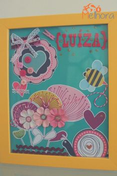 Chamo de quadro personalizado para bebê, mas é um quadrinho de scrapbook. Ele pode ser facilmente adaptado para qualquer tema, adulto ou infantil. Porta de maternidade | Quarto infantil | DIY scrapbook para bebê Diy, Crafts, Scrapbooking, Creative Gifts, Glass Photo Frames, Paper Cut Outs, Bebe, Manualidades, Bricolage