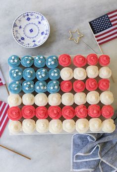 Tutorial for making an American Flag Cupcake Cake with mini chocolate and vanilla cupcakes, buttercream frosting, and white sprinkle stars! Chocolate And Vanilla Cake, Vanilla Cake Mixes, Chocolate Cake Mixes, Vanilla Cupcakes, 4th Of July Cake, 4th Of July Party, Fourth Of July, Patriotic Desserts, 4th Of July Desserts