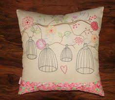 Delicada almofada bordada manualmente em pontos livres.  Linda para quarto de bebê!    Consulte sobre cores e estampas disponíveis. R$ 165,00