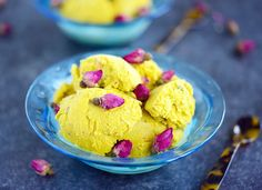 No churn bastani - Persian ice cream with rosewater, pistachios and saffron. A semi-homemade Middle-Eastern treat! Rose Ice Cream, Pistachio Ice Cream, Delicious Desserts, Dessert Recipes, Yummy Food, Vegan Desserts, Frozen Desserts, Frozen Treats, Flowers