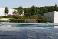 Graue Betonplatten am Pool. Backyard Pool Designs, Outdoor Furniture, Outdoor Decor, Sun Lounger, Patio, Home Decor, Concrete Paving Slabs, Garden Cottage, Architecture