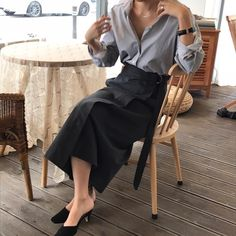 Have you ever thought of Korean fashion or dressing like a Korean celebrity you saw on TV? Or you admire Korean style but you do not know where to start? Well, below are some useful tips on how to dress like a. Minimal Fashion, Work Fashion, Modest Fashion, Trendy Fashion, Fashion Outfits, Cool Outfits, Casual Outfits, Classic Outfits, Look Street Style
