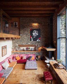 Ein schönes Loft mit warmen Farbtönen und vielen Holzelementen!