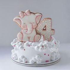 Почти белоснежный тортик с нежной слонишкой. У ребенка аллергия, по этому оформление почти без красителей.