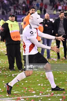 Lucas Pratto of River Plate wearing a mask celebrates winning the... Fotografía de noticias - Getty Images
