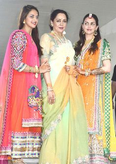 Hema Malini with Daughters Bollywood Stars, Indian Bollywood, Indian Sarees, Bollywood Masala, Indian Celebrities, Bollywood Celebrities, Bollywood Actress, Kids Outfits, Cool Outfits