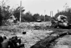ラ・フィエーレ川の周りに広がった激しい戦いの中で、ドイツのパルツァ・エルサッツとアウスビルドゥン・アベティングン100(100回目のタンク交換訓練大隊)の戦車がノックアウトされました。 ここに見られる3台の車両はすべてフランス製のタンクで、1940年にドイツ人が捕獲したものです。この画像は1944年6月10日にシグナル・コープスの写真家が撮影した動画像のリールから撮影したものです。