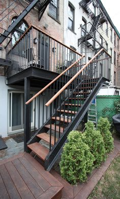Ed Kopel - Park Slope Terraced House - Deck - Garten Treppe - Balcony Furniture Design Outdoor Stair Railing, Patio Stairs, Metal Stairs, Exterior Stairs, Balcony Railing, House Stairs, Outdoor Balcony, Sloped Backyard, Backyard Ideas