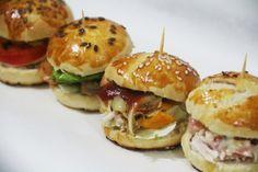 receta-mini-pan-aperitivo-cocktail-tapaditos-pollo-cherrytomate-04 Mini Sandwiches, Appetizer Sandwiches, Gourmet Sandwiches, Mini Appetizers, Sandwiches Gourmets, Snacks Sains, Mini Foods, Quick Recipes, Clean Eating Snacks