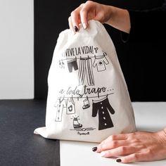 Bolsa de viaje - ¡vive la vida a todo trapo! #tiendasocial #discapacidadintelectual #yosíquesé #bolsaviaje #accesoriosdeviaje #diseñográfico #arteconalma #viaje #maleta