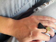 Bague pampille doré et pompon noir : Bague par mademoiselle-topaze-bijoux