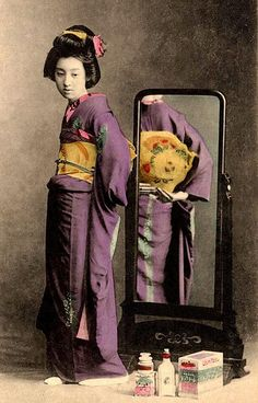taishou-kun: Maiden in a mirror - Hand-colored - Japan -. Traditional Japanese Kimono, Japanese Geisha, Vintage Japanese, Old Pictures, Old Photos, Vintage Photographs, Vintage Photos, Samurai, Asian Image