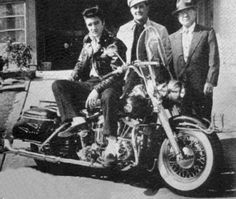 Elvis Presley was also a motorcycle addict. 24 amazing vintage photos below will show this. Elvis Presley on Harley Davidson motorcycle. Motos Vintage, Vintage Motorcycles, Indian Motorcycles, Triumph Motorcycles, Custom Motorcycles, Custom Bikes, Motos Harley Davidson, Vintage Harley Davidson, Bmw R80rt